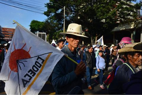 Codeca bloquea carril de Transmetro y cambia ruta de manifestación