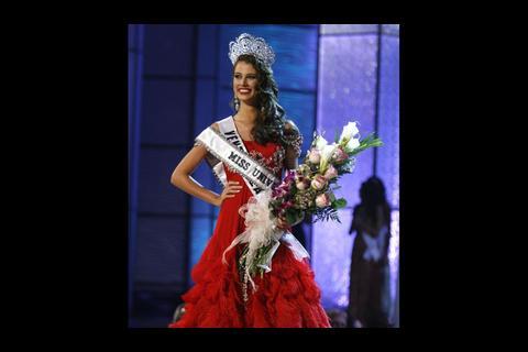 Miss Universo 2009 muestra con orgullo bolso con tejidos guatemaltecos