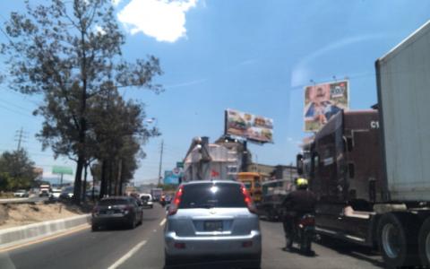 Accidente y manifestación bloquean el tráfico en el Anillo Periférico