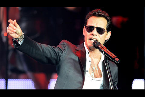 Marc Anthony toma teléfono de guatemalteca y graba un video