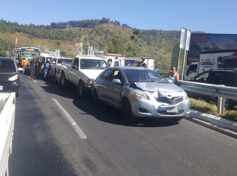 Video: bus y seis carros chocan en la ruta al Pacífico