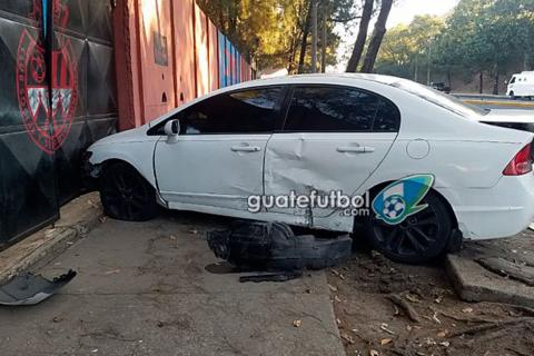 Futbolista de Municipal protagoniza accidente frente a su estadio