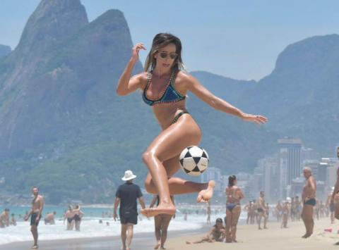 """La explosiva amiga de Ronaldinho que deslumbra jugando """"futvoley"""""""