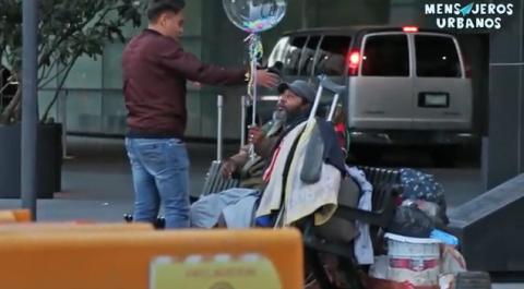 El regalo de cumpleaños que recibió un hombre que vive en las calles