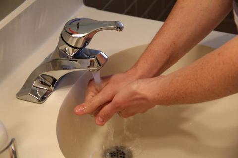 Se aclara el dilema sobre lavarse las manos con agua fría o caliente