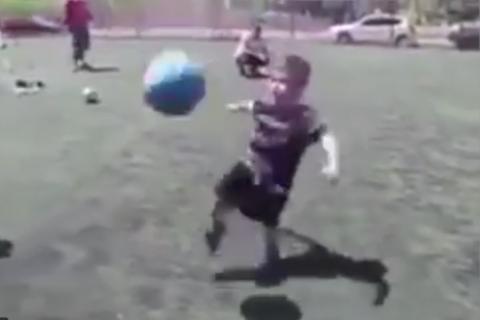"""Tiene menos de cinco años y domina el balón como un """"crack"""""""