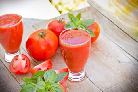 Por esta razón, el jugo de tomate sabe más rico en los aviones