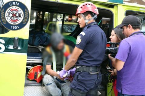Rescatan a dos hombres que quedaron colgando en edificio en zona 10