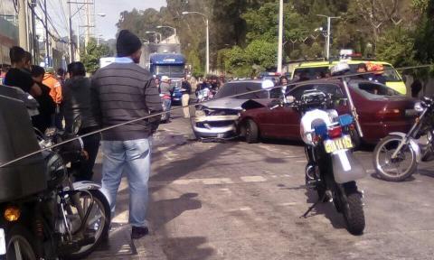Persecución contra robacarros termina en accidentes y heridos