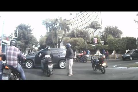 Vehículo no respeta el semáforo y atropella a motorista en la Reforma