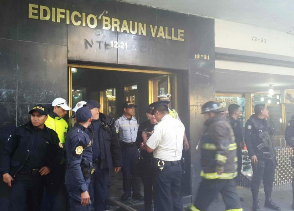 Dos PNC héroes: así rescataron a una mujer de un incendio en zona 1