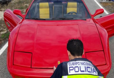 Atrapan a estafador que modificó su carro para venderlo como Ferrari