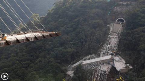Cámara capta el momento en que se desploma un puente en Colombia