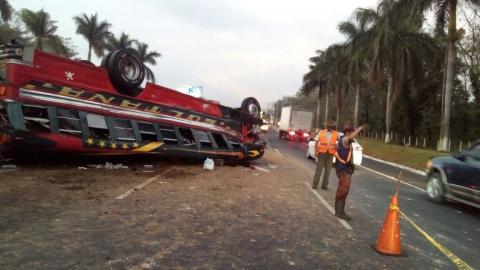 Pasajero muere al volcar bus en autopista Palín-Escuintla