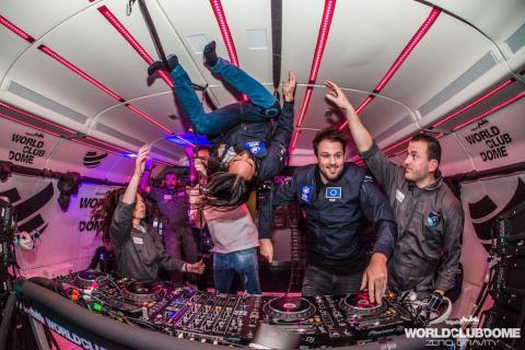 La espectacular fiesta con gravedad cero dentro de un avión