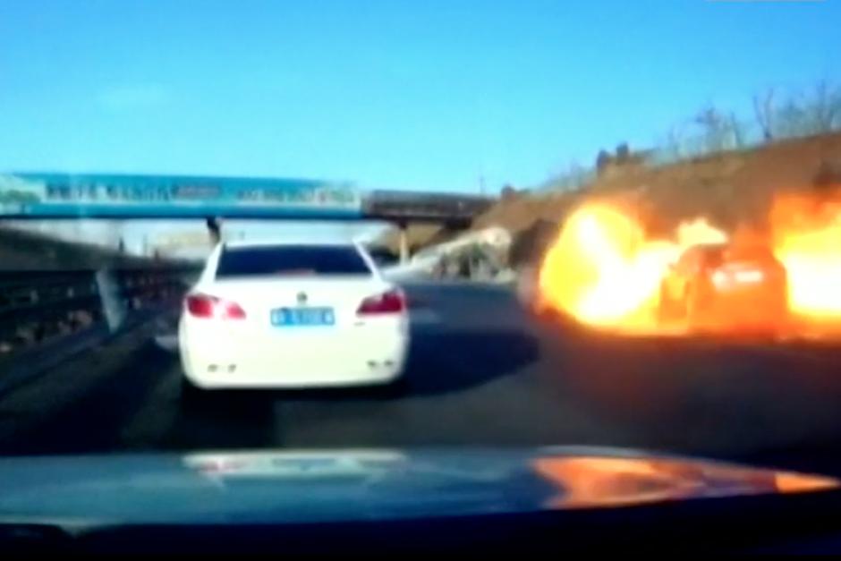 Trampa mortal en China: derrame de gas provoca incendio en autopista