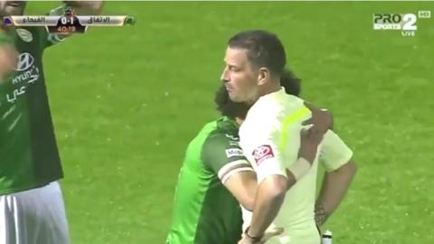 Un futbolista evita una expulsión con un gesto al árbitro