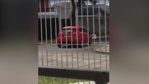 #VIDEO Madre abandona a su hija de cinco años y acelera su auto
