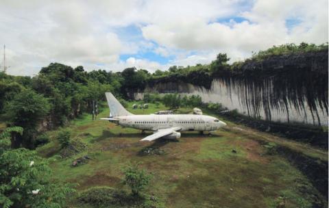 Un Boeing 737 está abandonado en un campo y nadie sabe cómo llegó ahí