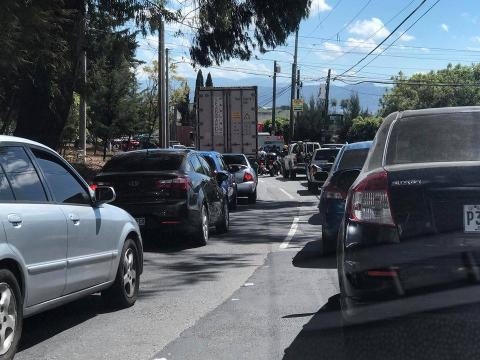 Caos en el Periférico y San Cristóbal por tres camiones varados