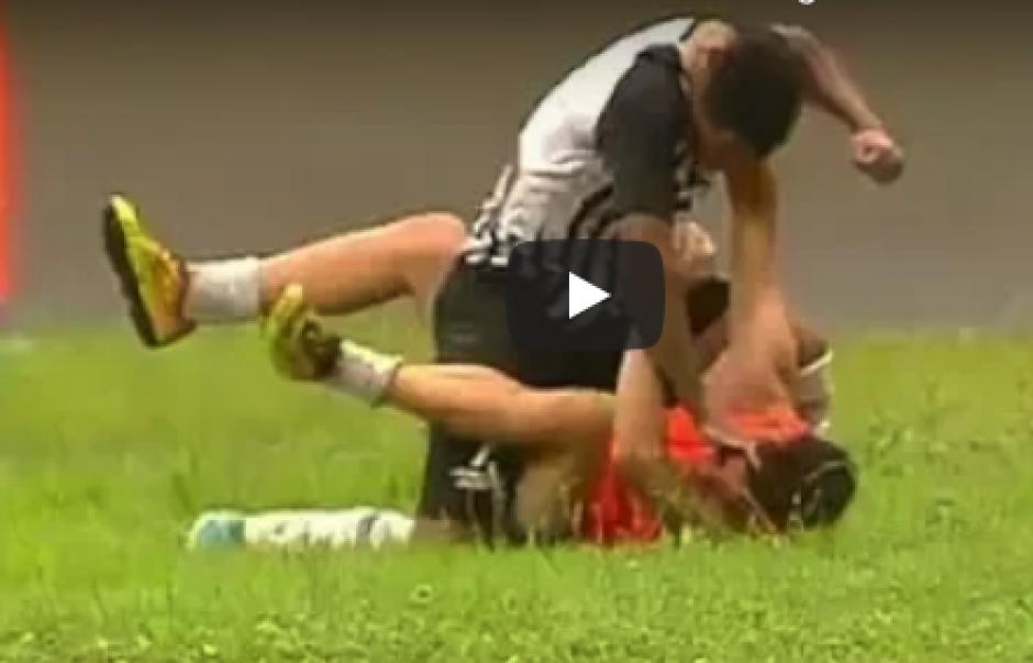 Brutal golpe que un jugador le dio a un alcanzabolas por festejar gol