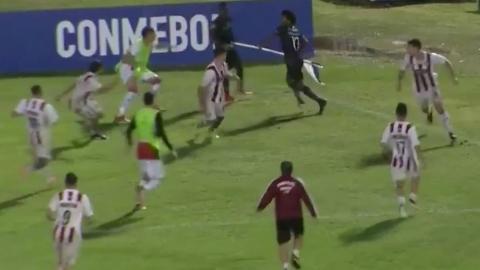 Jugador intenta agredir a rivales con el banderín del tiro de esquina