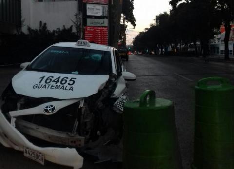 Taxista destruye poste y abandona su vehículo en la zona 9