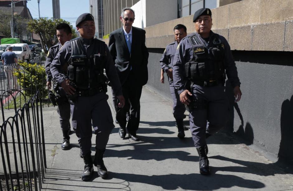 Colom y sus ministros caminaron una cuadra para llegar a la audiencia