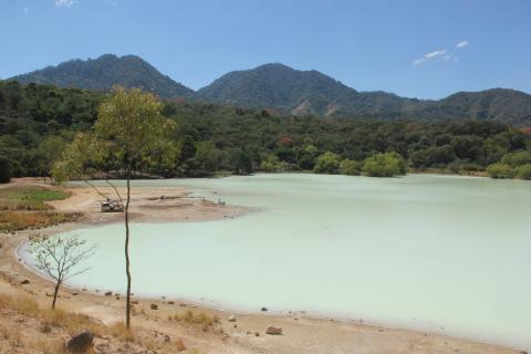 Laguna de Ixpaco, una maravilla de azufre en Oriente