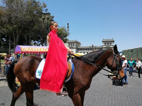 Una centuria de romanos a caballo asombra a católicos en procesión