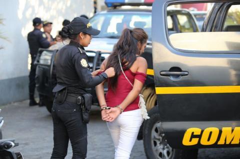 Detienen a mujer que escondía dos pistolas en una bolsa con verduras