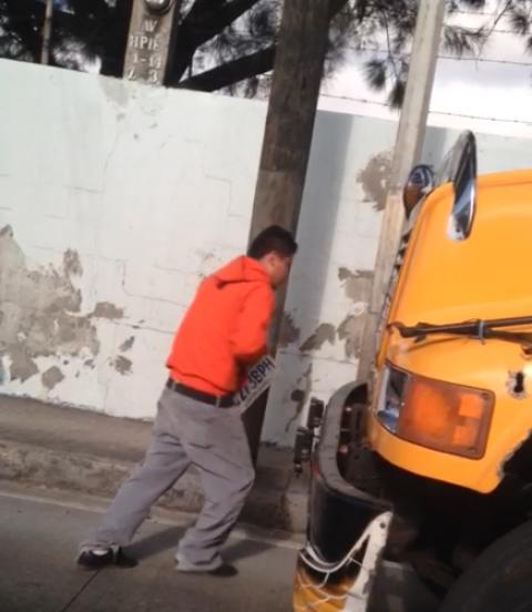 Video revela mala práctica de los pilotos de buses para evitar multas