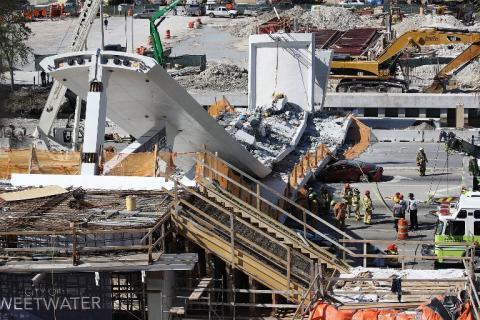 #VIDEO Impactante momento en el que se desplomó un puente en Miami