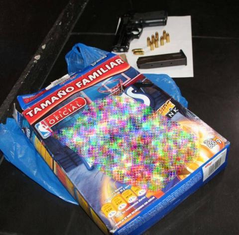 Capturan a pareja que escondió arma y municiones en una caja de cereal