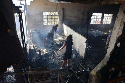 Incendio forestal de grandes proporciones se extiende a viviendas