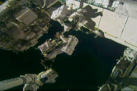 Dos nuevos astronautas realizan caminata espacial en la EEI