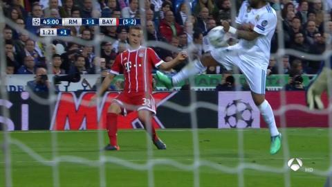 ¿Ayuda al Madrid? Marcelo acepta que el balón le pega en la mano