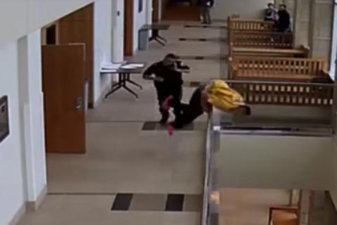 Un acusado huye en pleno juicio y se lanza desde un segundo piso