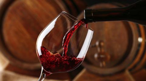 Por esta razón las botellas de vino tienen la parte de abajo metida