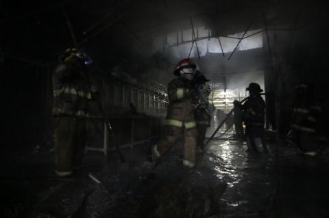 Las impresionantes imágenes del incendio dentro del centro comercial