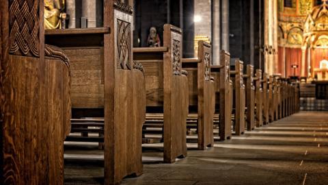 Video: por esta razón una mujer interrumpió al coro de una iglesia