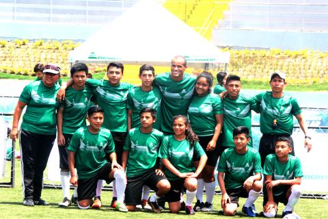 Salgado, Deco y Rivaldo comparten con niños guatemaltecos