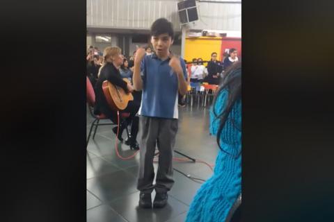 Conmovedor video: niño le canta en lenguaje de señas a su madre