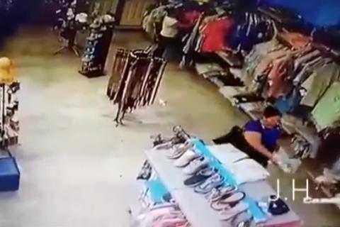 #Video Así opera una banda de ladrones que robó un comercio
