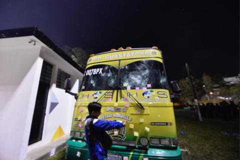 #VIDEO Así fue como algunos aficionados dañaron el bus de Guastatoya