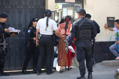 Arrestan a abuelos por dar alcohol a sus nietos en la vía pública