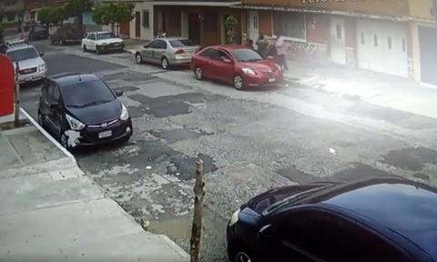 Cámaras captan el violento robo de un vehículo en la zona 11