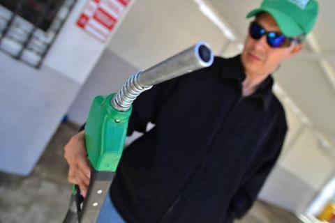¡Golpe a la billetera! Reportan nueva alza en los combustibles