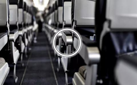 ¿Para qué es el botón oculto en el asiento del pasillo de los aviones?