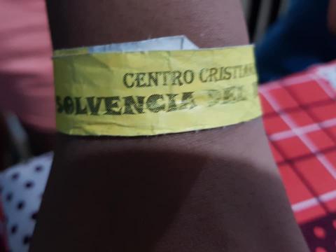 Colegio de Villa Nueva indigna a redes por uso de brazaletes en niños